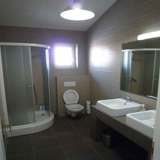 Shared bathroom 2nd floor